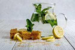 """ประโยชน์ของ """"น้ำผึ้งมะนาว"""" ดื่มช่วงเช้า ได้ประโยชน์แบบเน้น ๆ"""