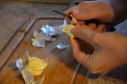4 เคล็ดลับ กำจัดกลิ่นกระเทียม ที่ฉุนติดมือ กลุ่มคนชอบทำอาหารไม่ควรพลาด!